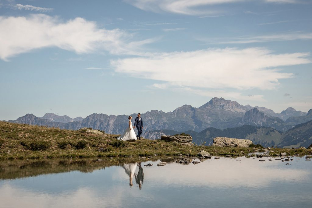 wedding photos in the mountains by a lake in vorarlberg in austria