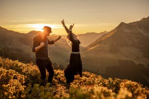 couple and engagement photos in the mountains in Austria