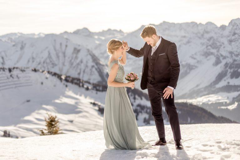winter wedding photos in the snow in lech in vorarlberg